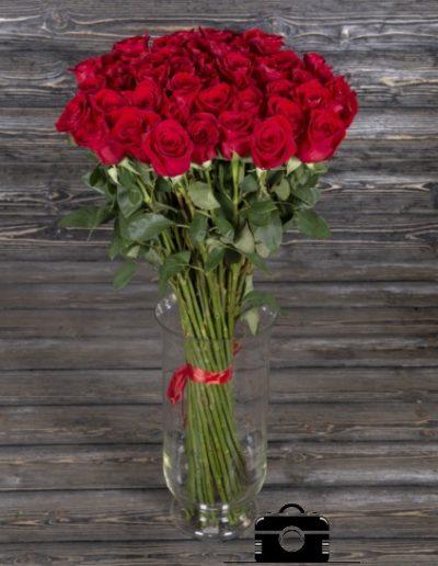 фото букет из красных роз на деревянном фоне